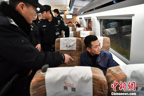 "&#36164;&#26009;&#22270;:&#20056;&#35686;&#28436;&#32451;&#21046;&#27490;""&#38712;&#24231;""&#34892;&#20026;。<a target='_blank' href='http://www.chinanews.com/'><p  align="